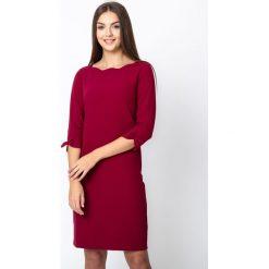 Bordowa gładka sukienka QUIOSQUE. Czerwone sukienki damskie QUIOSQUE, biznesowe, z dekoltem na plecach. Za 219.99 zł.