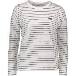 Koszulka w kolorze białym. Białe bluzki damskie Lee Jeans, w paski, z bawełny, z okrągłym kołnierzem, z długim rękawem. W wyprzedaży za 87.95 zł.