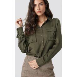 NA-KD Satynowa koszula z kieszeniami - Green. Zielone koszule damskie NA-KD, z satyny. Za 121.95 zł.