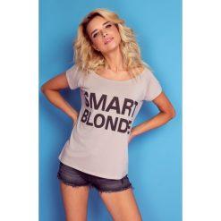 Bluzka t-shirt smart blonde k108. Niebieskie t-shirty damskie Knitis, z nadrukiem, z dzianiny, z klasycznym kołnierzykiem. W wyprzedaży za 44.00 zł.
