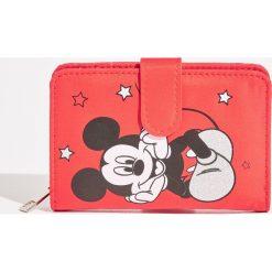 Portfel Mickey Mouse - Czerwony. Czerwone portfele damskie Sinsay, z motywem z bajki. Za 29.99 zł.