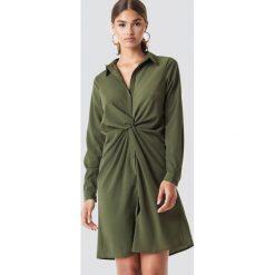 NA-KD Sukienka koszulowa z detalem - Green. Zielone sukienki damskie NA-KD, z materiału, z koszulowym kołnierzykiem. Za 141.95 zł.