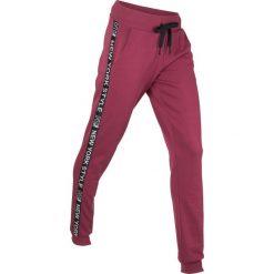 Spodnie dresowe, długie, Level 1 bonprix czerwony rododendron. Fioletowe spodnie dresowe damskie bonprix, z dresówki. Za 74.99 zł.