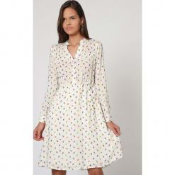 Sukienka w kolorze kremowym ze wzorem. Białe sukienki damskie TrakaBarraka, ze stójką. W wyprzedaży za 149.95 zł.