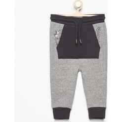 Spodnie dresowe z kieszenią kangurką - Szary. Spodnie sportowe dla chłopców Reserved, z dresówki. W wyprzedaży za 24.99 zł.