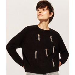 Sweter z ozdobnymi elemenatmi - Czarny. Swetry damskie marki bonprix. W wyprzedaży za 59.99 zł.