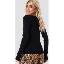 NA-KD Sweter basic w prążki - Black. Czarne swetry damskie NA-KD, z dzianiny, dekolt w kształcie v. Za 161.95 zł.