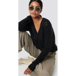 NA-KD Trend Sweter z dekoltem V - Black. Czarne swetry damskie NA-KD Trend, z dzianiny, dekolt w kształcie v. Za 202.95 zł.