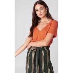 NA-KD Basic T-shirt z dekoltem V - Orange. Pomarańczowe t-shirty damskie NA-KD Basic, z bawełny. Za 40.95 zł.
