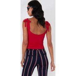 NA-KD Prążkowana koszulka z wiązanymi ramiączkami - Red. Czerwone t-shirty damskie NA-KD, w prążki, prążkowane. W wyprzedaży za 70.67 zł.