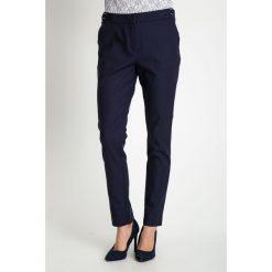 Granatowe eleganckie tkaninowe spodnie  QUIOSQUE. Niebieskie spodnie materiałowe damskie QUIOSQUE, z haftami, z bawełny. W wyprzedaży za 69.99 zł.