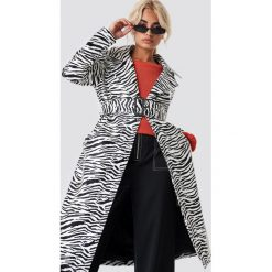 NA-KD Trend Lakierowany płaszcz Zebra - White. Białe płaszcze damskie NA-KD Trend, z motywem zwierzęcym, z lakierowanej skóry. Za 404.95 zł.