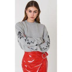 NA-KD Bluza z wyszywanymi różami na rękawach - Grey. Szare bluzy damskie NA-KD, z bawełny. Za 133.95 zł.