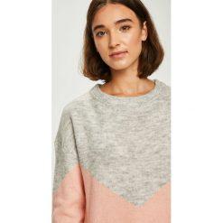 Vero Moda - Sweter. Szare swetry damskie Vero Moda, z dzianiny, z okrągłym kołnierzem. W wyprzedaży za 99.90 zł.