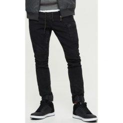 Jeansy SLIM JOGGER - Czarny. Czarne jeansy męskie Cropp. Za 129.99 zł.