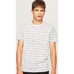 T-shirt w paski z kieszonką - Granatowy. Niebieskie t-shirty męskie Reserved, w paski. W wyprzedaży za 24.99 zł.
