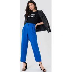 NA-KD Trend Luźne spodnie garniturowe - Blue. Niebieskie spodnie materiałowe damskie NA-KD Trend, z haftami, z poliesteru. Za 161.95 zł.