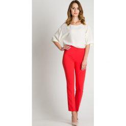 Malinowe spodnie w kant BIALCON. Różowe spodnie materiałowe damskie BIALCON. W wyprzedaży za 129.00 zł.