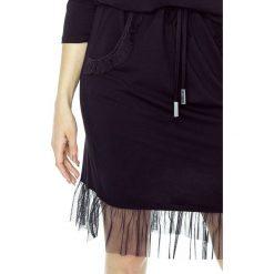 Sukienka sportowa z falbaną b-51-05. Czarne sukienki damskie Berg, z jeansu, sportowe, z dekoltem w łódkę. W wyprzedaży za 99.00 zł.