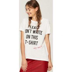 T-shirt z hasłem - Biały. Białe t-shirty damskie Sinsay. W wyprzedaży za 19.99 zł.