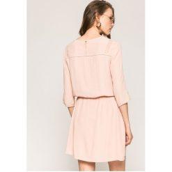 Answear - Sukienka. Szare sukienki damskie ANSWEAR, z elastanu, casualowe, z okrągłym kołnierzem. W wyprzedaży za 99.90 zł.