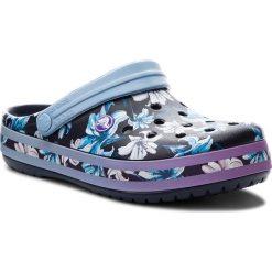 Klapki CROCS - Crocband Graphic III Clog 205330 Tropical Floral/Navy. Niebieskie klapki damskie Crocs, z materiału. W wyprzedaży za 159.00 zł.