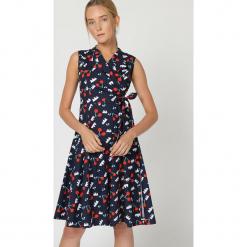 Sukienka w kolorze granatowym ze wzorem. Niebieskie sukienki damskie TrakaBarraka, w paski. W wyprzedaży za 179.95 zł.