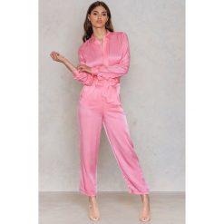 NA-KD Party Satynowe spodnie z wiązaniem w talii - Pink. Różowe spodnie materiałowe damskie NA-KD Party, z haftami, z satyny. Za 40.95 zł.
