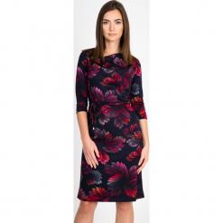 Granatowa sukienka w liście QUIOSQUE. Brązowe sukienki damskie QUIOSQUE, na jesień, z dzianiny, biznesowe, z dekoltem na plecach, z długim rękawem. Za 199.99 zł.