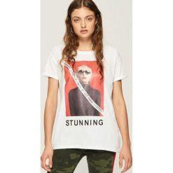 T-shirt z nadrukiem - Biały. Białe t-shirty damskie Sinsay, z nadrukiem. W wyprzedaży za 29.99 zł.