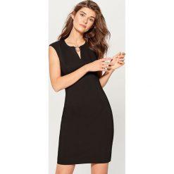 Sukienka z biżuteryjną klamrą - Czarny. Czarne sukienki damskie Mohito. Za 149.99 zł.