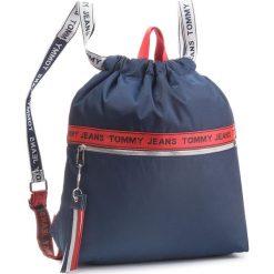 Plecak TOMMY JEANS - Tj Logo Tape Drawstr AU0AU00245 901. Niebieskie plecaki damskie Tommy Jeans, z jeansu, sportowe. Za 349.00 zł.