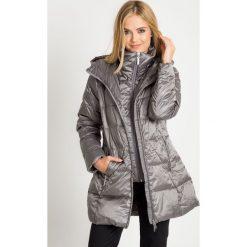 Puchowa stalowa kurtka z wysokim kołnierzem QUIOSQUE. Szare kurtki damskie QUIOSQUE, na zimę, z puchu. W wyprzedaży za 349.99 zł.