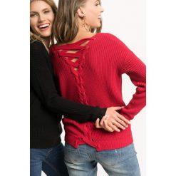 Sweter z wiązaniem na plecach. Czerwone swetry damskie Orsay, z bawełny, z dekoltem na plecach. Za 79.99 zł.