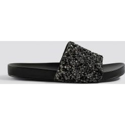 NA-KD Shoes Błyszczące klapki - Black. Czarne klapki damskie NA-KD Shoes. Za 121.95 zł.