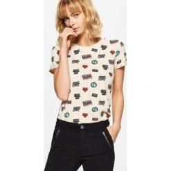 Koszulka z nadrukiem all over - Kremowy. Białe t-shirty damskie Cropp, z nadrukiem. W wyprzedaży za 14.99 zł.
