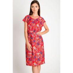 Czerwona sukienka w łączkę QUIOSQUE. Czerwone sukienki damskie QUIOSQUE, na lato, z tkaniny, z krótkim rękawem. W wyprzedaży za 59.99 zł.
