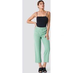 NA-KD Classic Luźne spodnie garniturowe - Green. Zielone spodnie materiałowe damskie NA-KD Classic. Za 121.95 zł.