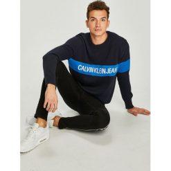 Calvin Klein Jeans - Sweter. Szare swetry przez głowę męskie Calvin Klein Jeans, z bawełny, z okrągłym kołnierzem. Za 539.90 zł.
