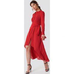 NA-KD Trend Asymetryczna sukienka z wiązaniem - Red. Czerwone sukienki damskie NA-KD Trend, z poliesteru, z asymetrycznym kołnierzem, z długim rękawem. Za 202.95 zł.