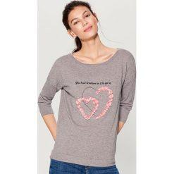 Dzianinowy sweter z aplikacją - Szary. Swetry damskie marki bonprix. W wyprzedaży za 59.99 zł.