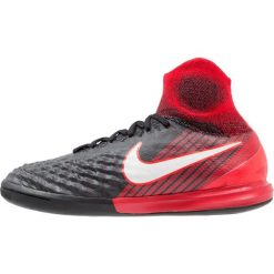 Nike Performance MAGISTAX PROXIMO II IC Halówki black/white/university red. Buty sportowe chłopięce Nike Performance, z gumy. W wyprzedaży za 423.20 zł.