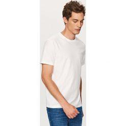 T-shirt o prążkowanej fakturze - Biały. Białe t-shirty męskie Reserved, prążkowane. Za 39.99 zł.