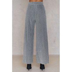 NA-KD Party Plisowane spodnie z brokatem - Silver. Spodnie materiałowe damskie NA-KD Party, z poliesteru. W wyprzedaży za 36.59 zł.