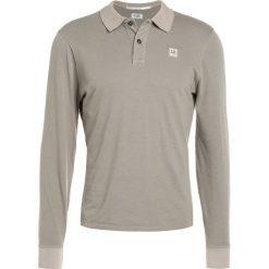 C.P. Company Koszulka polo army green. Koszulki polo męskie C.P. Company, z bawełny, z długim rękawem. W wyprzedaży za 423.20 zł.