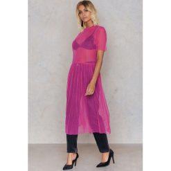 NA-KD Sukienka z siateczki w kropki - Pink. Sukienki damskie NA-KD Trend, w kropki, z poliesteru. W wyprzedaży za 40.19 zł.