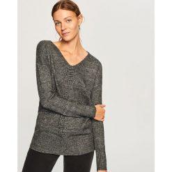Sweter z dekoltem w serek - Szary. Szare swetry damskie Reserved, z dekoltem w serek. Za 79.99 zł.