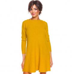 """Sukienka """"Irene"""" w kolorze musztardowym. Żółte sukienki damskie So Cachemire, z kaszmiru, z dekoltem w łódkę. W wyprzedaży za 186.95 zł."""