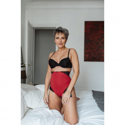 Modelujące figi w kolorze czerwonym. Czerwone figi damskie Scottage, w koronkowe wzory, z koronki. W wyprzedaży za 58.95 zł.