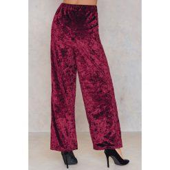 NA-KD Party Rozszerzane spodnie z aksamitu - Red. Czerwone spodnie materiałowe damskie NA-KD Party, z poliesteru. Za 60.95 zł.